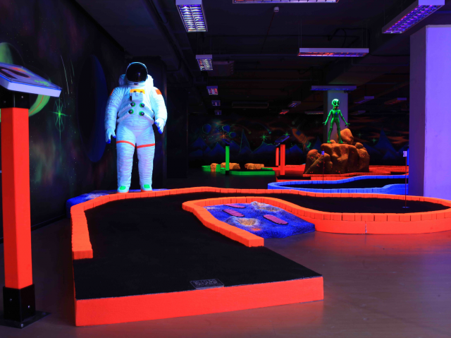 Indoor games in Dubai - Tee & Putt glow in the dark miini golf at Wafi Mall