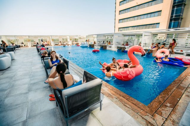 swimming-pool-in-dubai-beach-club-dubai-ladies-day-