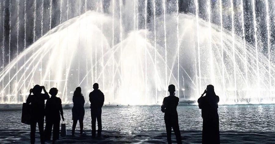 things to do in dubai mall - dubai fountain boardwalk
