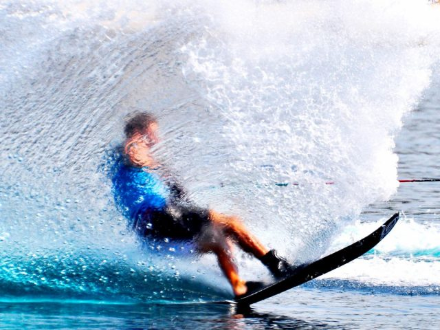 water sports in dubai - water skiing