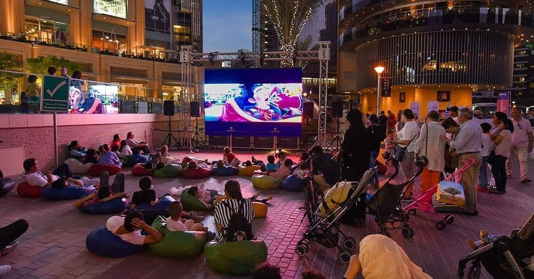 free-things-to-do-in-dubai-marina-outdoor-cinema Cropped (1)