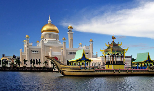 Omar-Ali-Saifuddien-Mosque-Brunei-most-beautiful-mosques-in-the-world