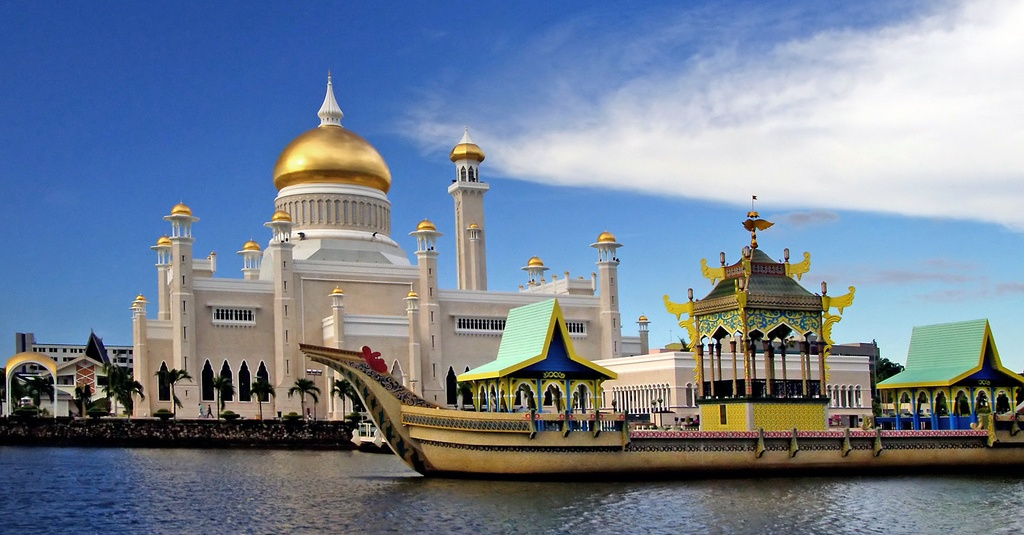 Omar-Ali-Saifuddien-Mosque-Brunei-most-beautiful-mosques-in-the-world-Cropped